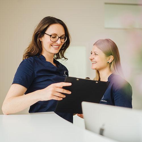 Plastische Chirurgie München - Morath & Schöll - Mitarbeiterinnen am Empfang der Praxis